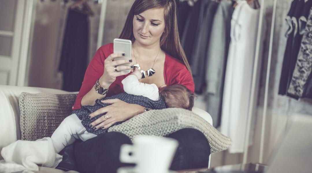 mom texting while breastfeeding