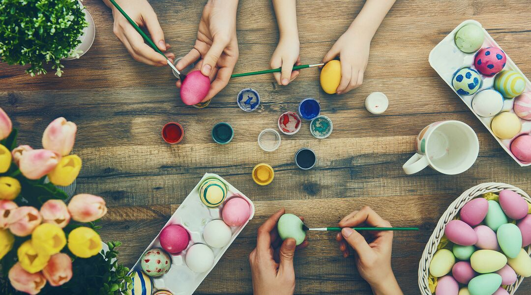 hands painting easter egss