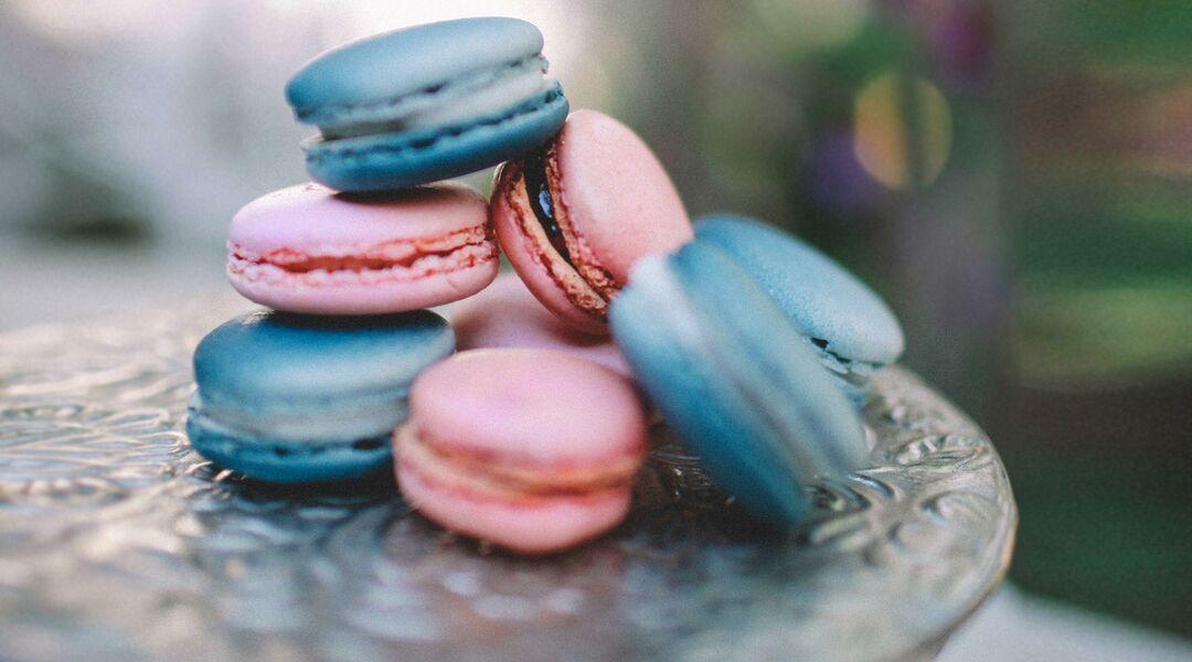gender reveal dessert pink blue macarons