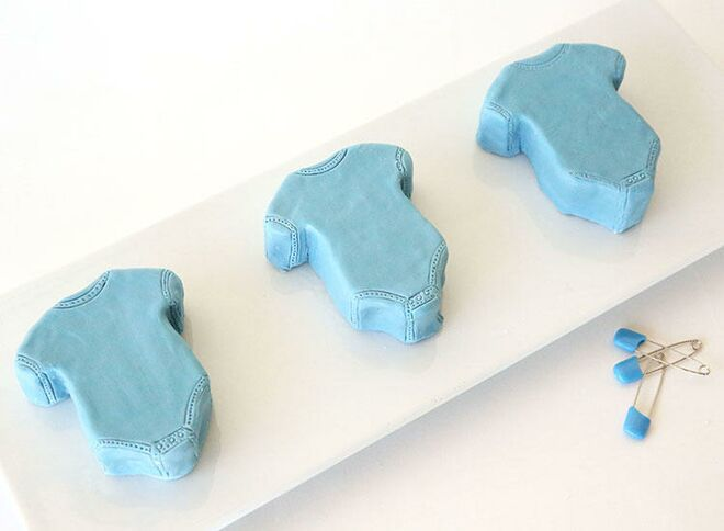 baby-shower-onesie-cake-