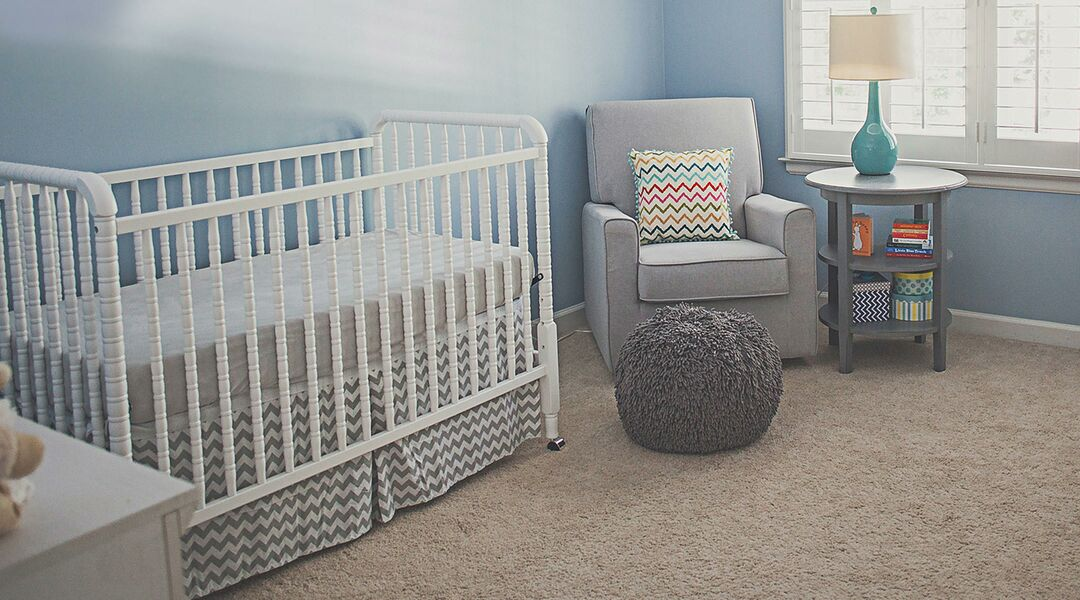 Charmant Baby Nursery With Blue Walls.
